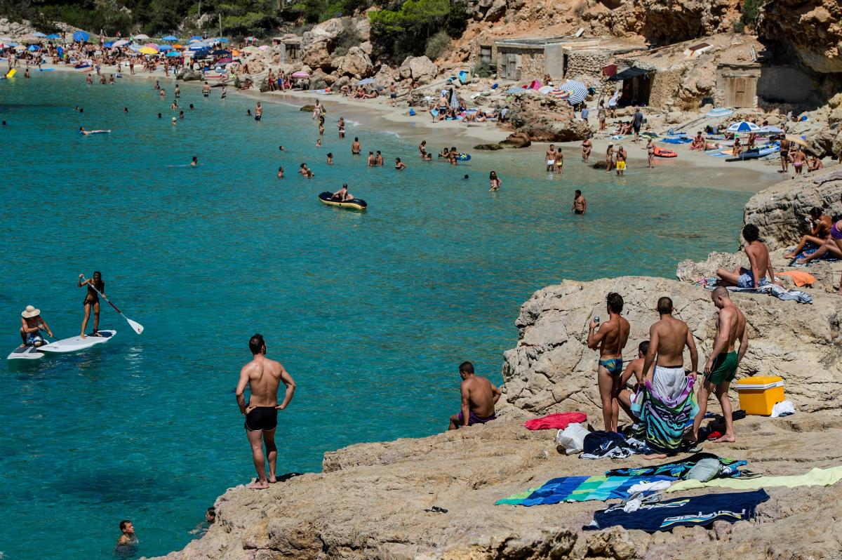 The number of people stung by jellyfish on Mediterranean beaches, like those of the island of Ibiza in Spain, is rising. Along some stretches of Spain's coast, scientists have spotted huge, mile-long blooms of jellyfish, sometimes with 30 to 40 animals pe
