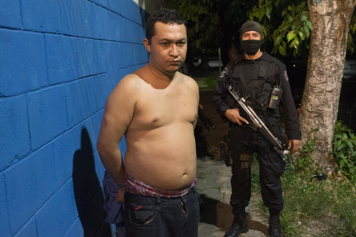 Salvadoran police captured Cesar Vladimir Montolla, a member of the Barrio 18 gang, accused of attacking bus drivers in San Salvador who defied the ban.