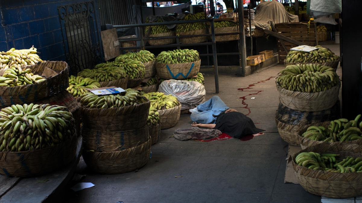 A banana seller was killed in San Salvador's central market after his employer refused to pay an increase in the extortion money required by the gang operating in the area.