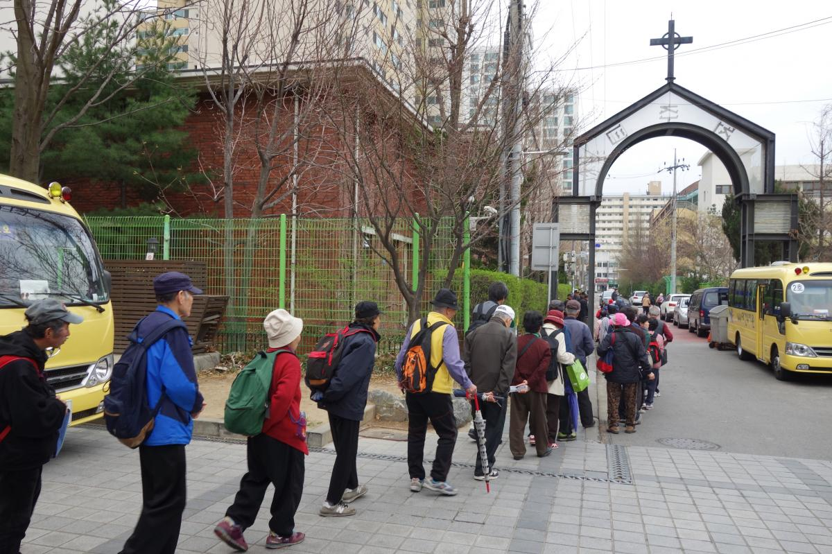 Koreans — many of them elderly — line up to receive 500 won, or about 50 cents, from Shin Banpo Church in southern Seoul. Each week, organizers say, a few hundred seniors show up at each church that offers the service, and the line starts hours in adv