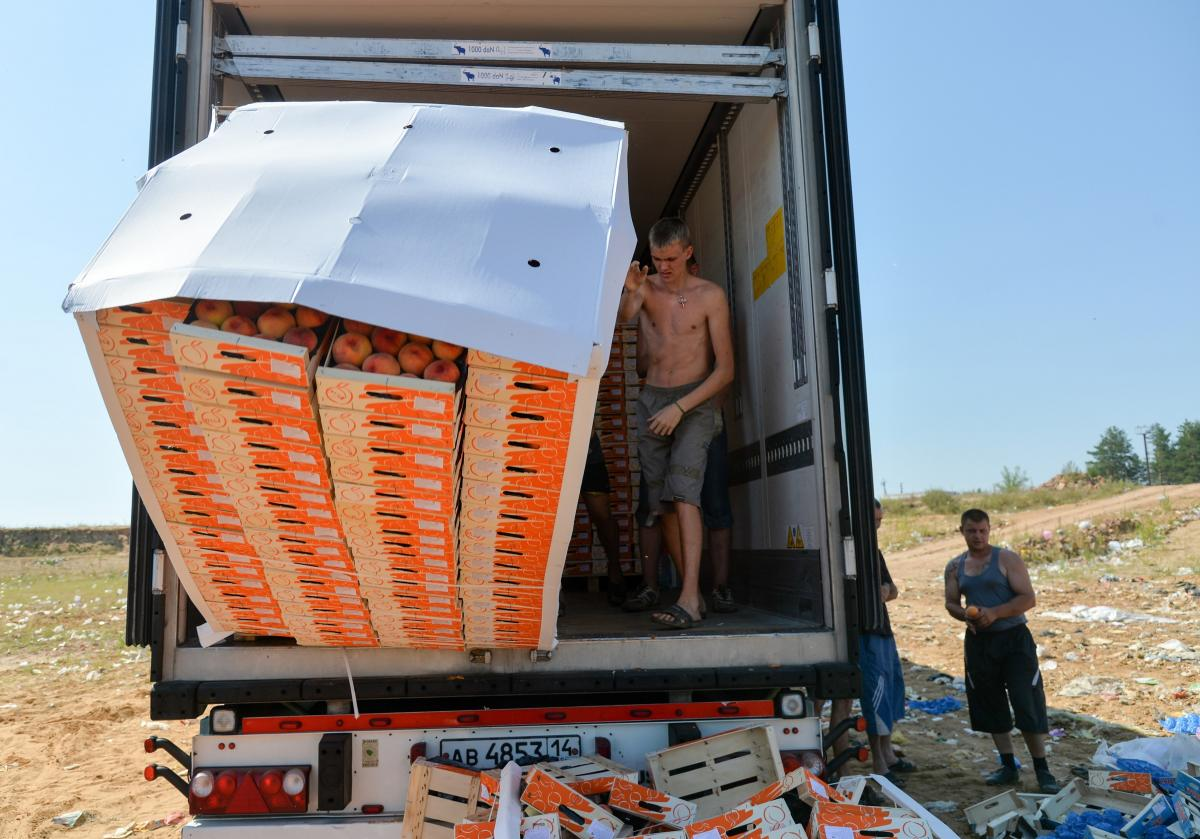 Russian workers threw contraband peaches off a truck outside the city of Novozybkov on Aug. 7.