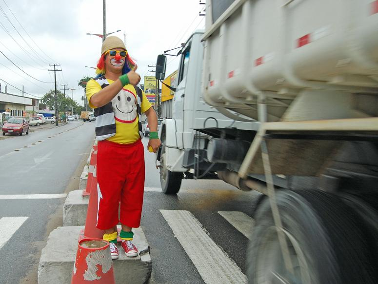 The Brazilian city of Olinda has a novel approach to taming its ever-growing traffic problem: traffic clowns known as palhacos.