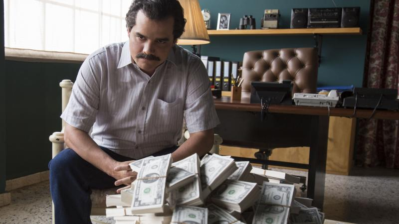 Brazilian actor Wagner Moura looks so much like Colombian smuggler Pablo Escobar that Netflix's Narcos uses footage and photos of the real Escobar to heighten the show's realism.
