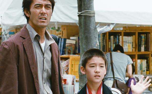 Ryôta (Hiroshi Abe) and son Shingo (Taiyô Yoshizawa) visit a market in After the Storm.