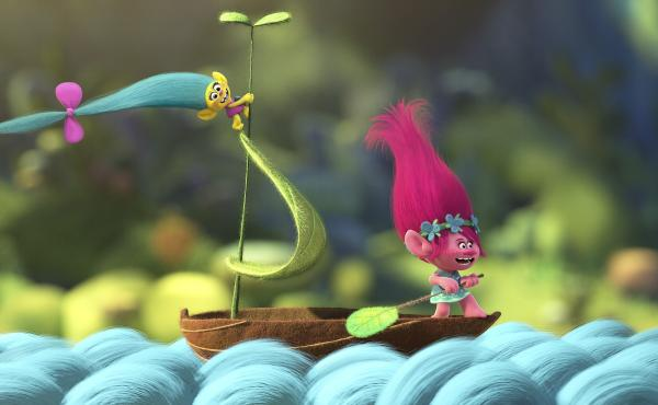 Trolls Smidge and Poppy sing together in the new film Trolls.