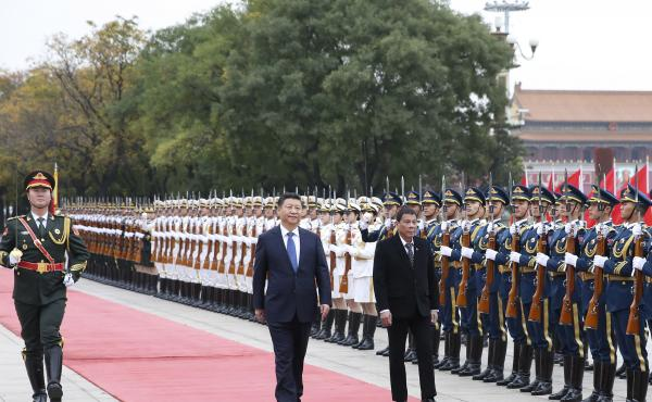 """Chinese President Xi Jinping (center) holds a welcome ceremony for visiting Philippine President Rodrigo Duterte before their talks in Beijing on Oct. 20. In remarks during his visit, Duterte said, """"I announce my separation from the United States. Both in"""