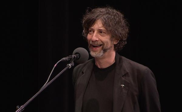 Author Neil Gaiman sings along to Gilbert & Sullivan.