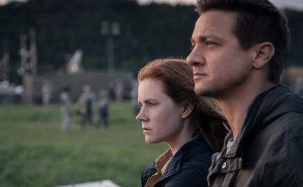 Louise Banks (Amy Adams) and Ian Donnelly (Jeremy Renner) in Arrival.