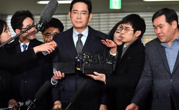 Lee Jae-yong (center), vice chairman of Samsung Electronics, arrives Monday for questioning as a suspect in the corruption scandal that led to the impeachment of South Korea's President Park Geun-Hye.