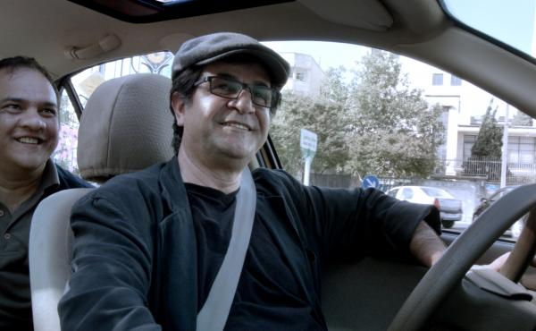 Director Jafar Panahi drives a yellow taxi cab through Tehran and interviews the diverse passengers he picks up in a single day.