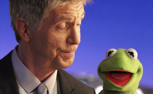 Tom Bergeron goofs around amiably with Kermit The Frog on the first episode of ABC's new The Muppets, premiering Tuesday night.
