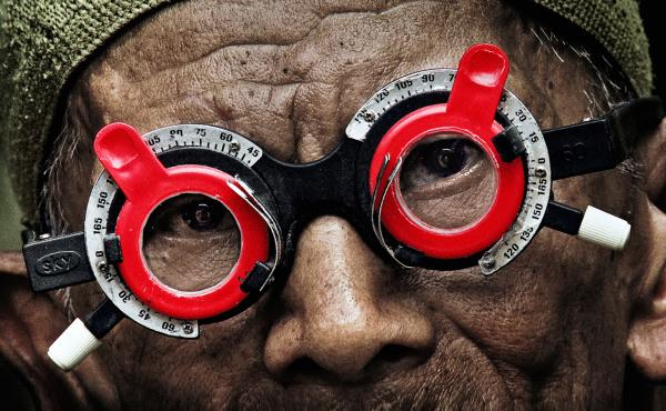 An optometrist confronts the killers responsible for his brother's death during the 1965 Indonesian genocide in The Look of Silence.