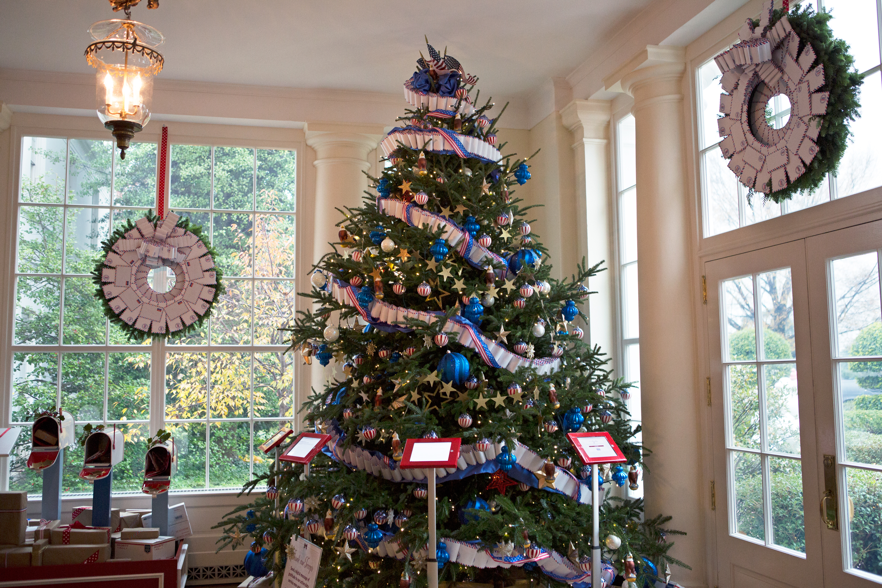 Christmas at the white house where you 39 ll want to hang How to hang garland on a christmas tree