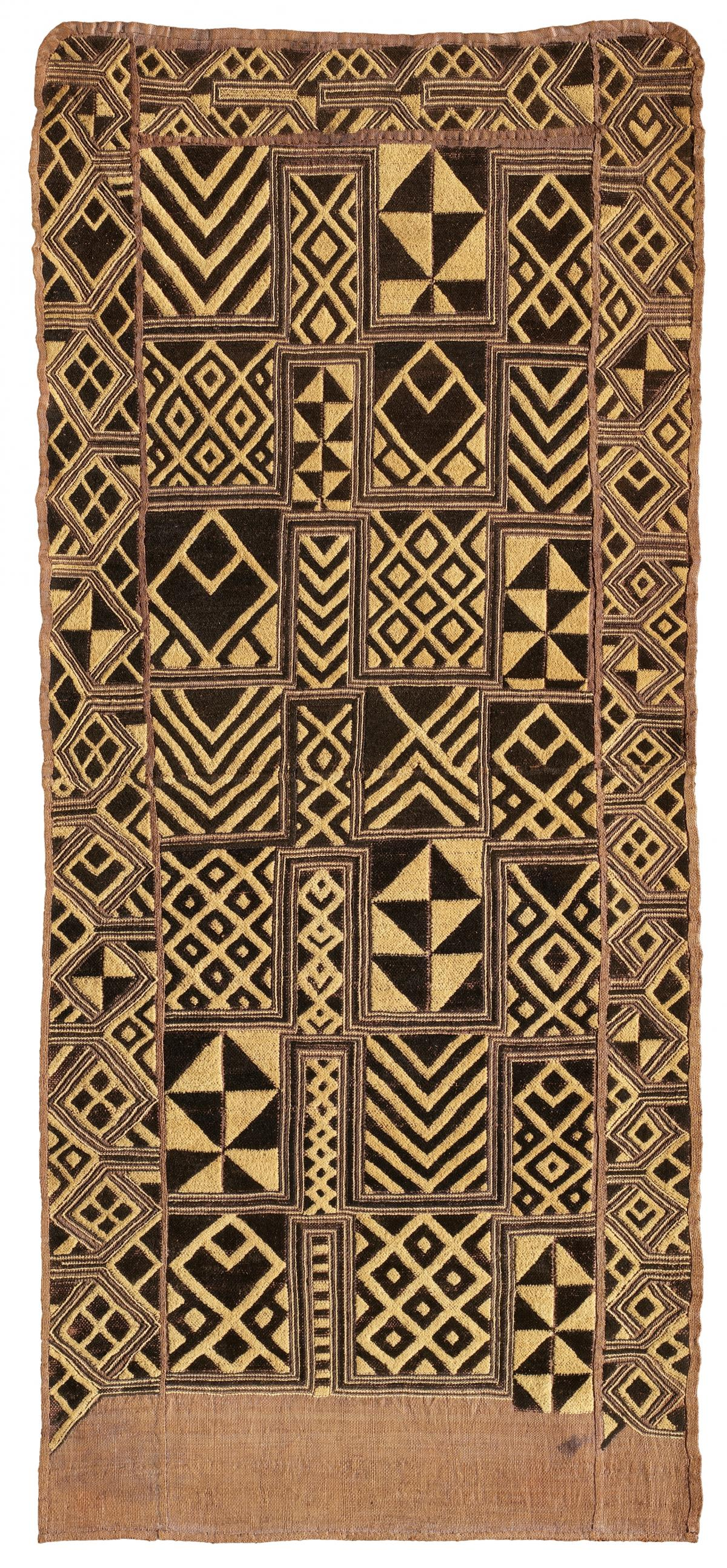 This assertive pattern, dated to 1912‑1942, shows how Kuba fabrics were meant to reinforce royal power by capturing the eye and not allowing it to rest.
