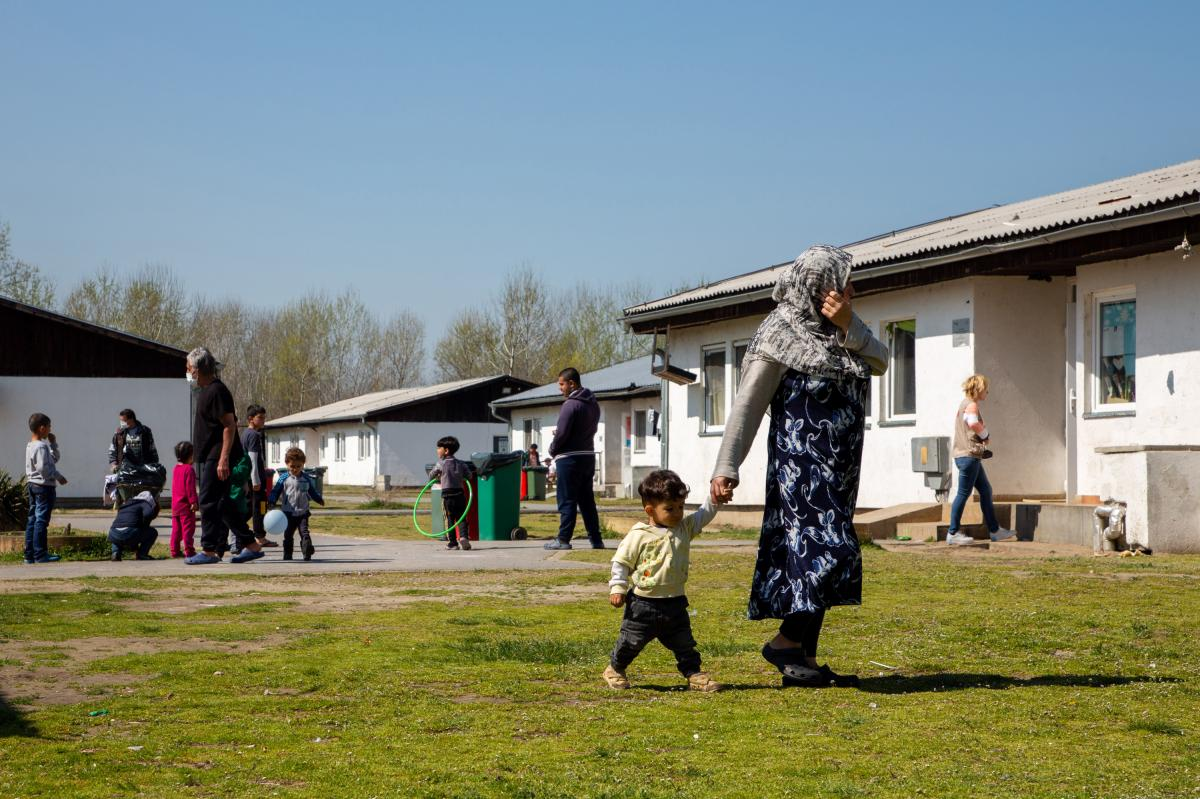 Fifty barracks are available for accommodation in the Krnjaca asylum center in Serbia, just outside the capital Belgrade. Single men live in separate housing, while families stay together. For those who decide to return home, the International Organizatio