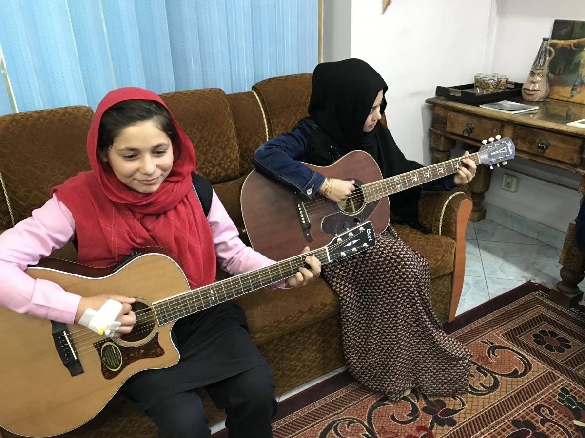 an american rock musician teaches guitar to kabul 39 s street kids 88 5 wfdd. Black Bedroom Furniture Sets. Home Design Ideas