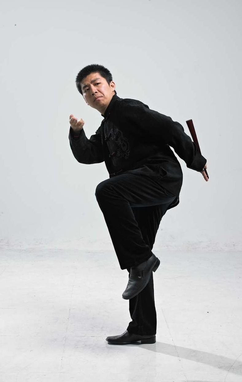 Amateur storyteller Wang Fengchen performs his art in traditional teahouses and on the radio. His repertoire includes Judge Dee murder mysteries. Stories about Judge Dee were told orally by storytellers for centuries until they were finally collected in a