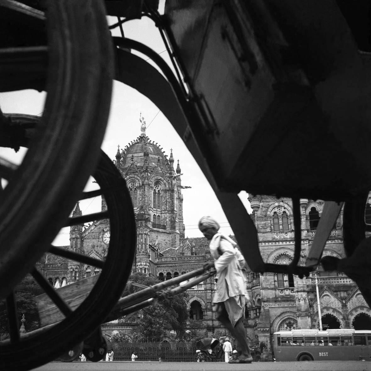 Homai Vyarawalla, The Victoria Terminus, Bombay, early 1940s inkjet print, Alkazi Foundation for the Arts, New Delhi Courtesy HV Archive / The Alkazi Collection of Photography