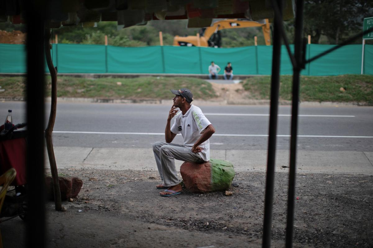 Oscar Martínez rests at a roadside stand near Cúcuta. He wrote a note to Marta Alarcón before continuing his journey.