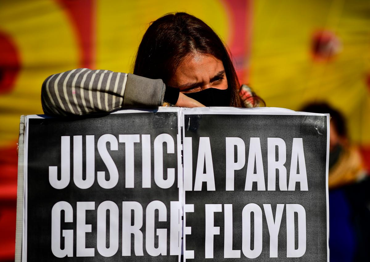 """A woman holds a sign saying """"Justice for George Floyd"""" in Spanish in Buenos Aires, Argentina, on June 2."""