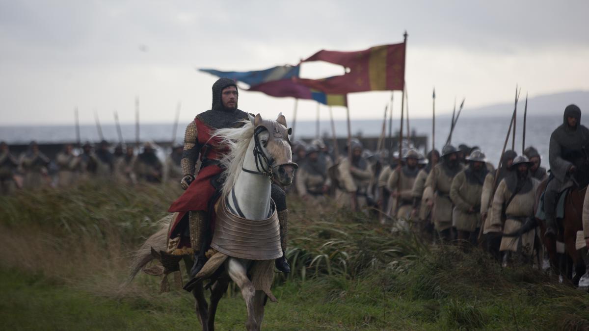 Robert the Bruce (Chris Pine) surveys his phalanx in Outlaw King.