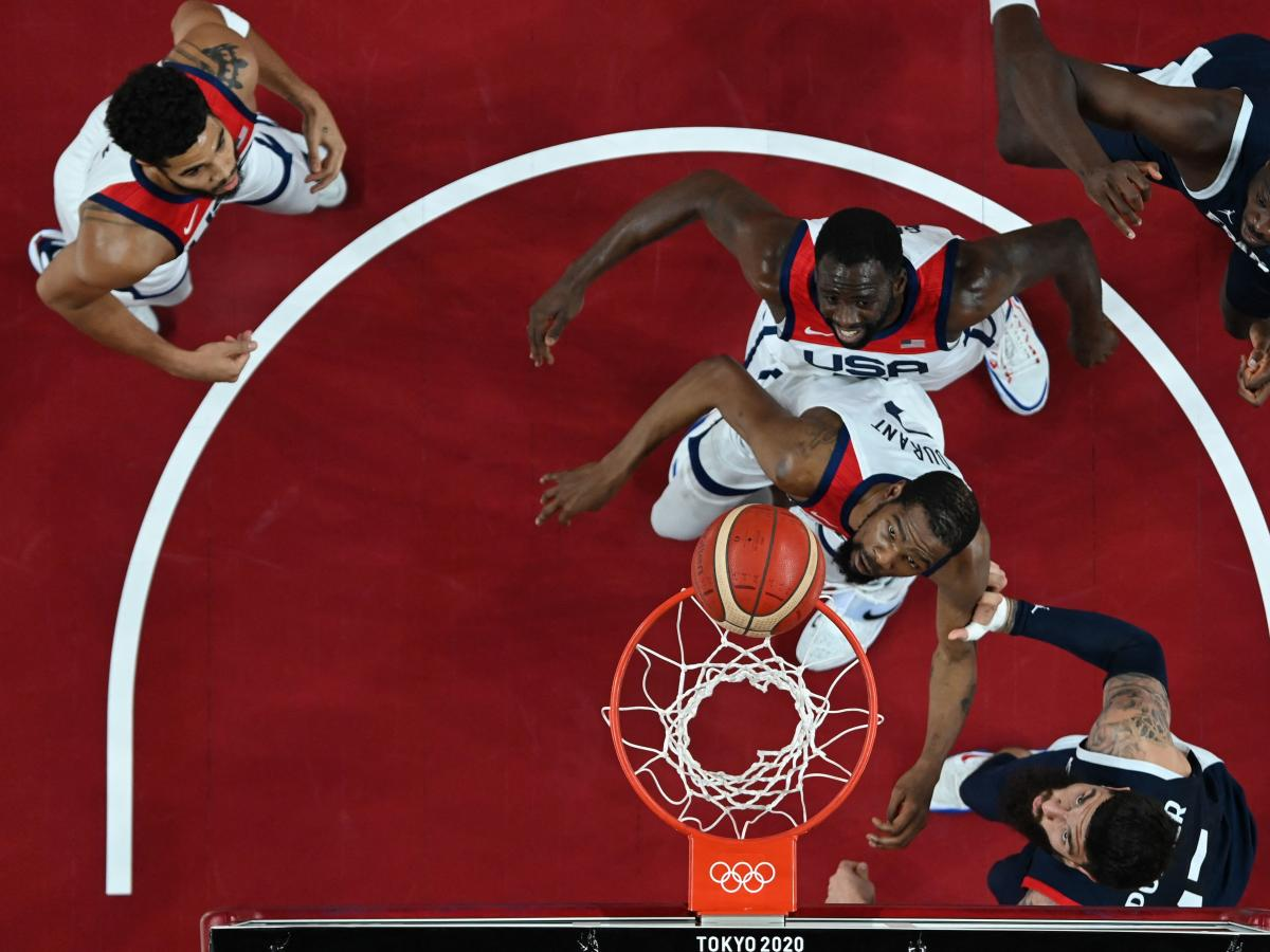 USA's Kevin Durant (C) fights for position in the men's final basketball game between France and USA during the Tokyo 2020 Olympic Games.