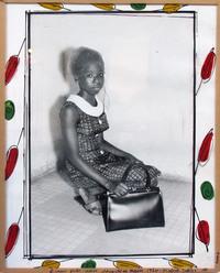 Jeune fille avec sacoche en main, 1970