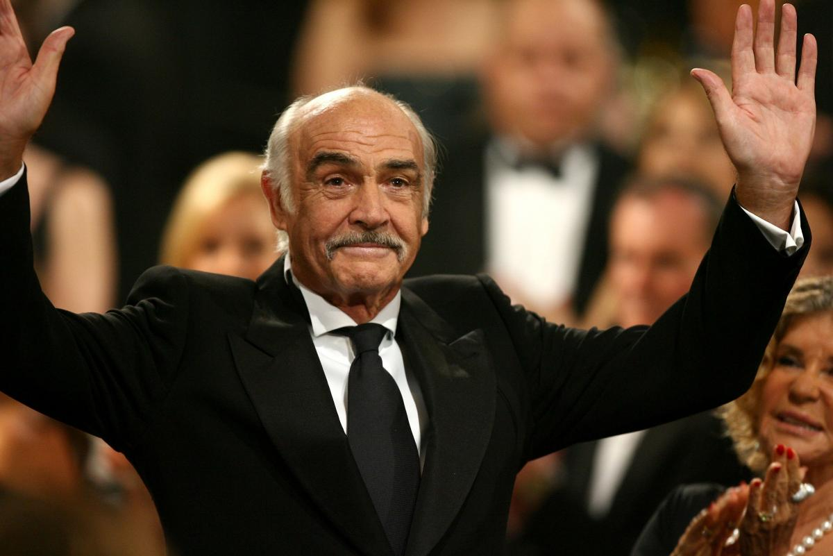 Sean Connery waves to the audience in receiving a lifetime achievement award from AFI in 2006.