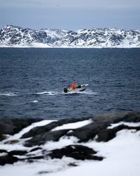 En jæger på vej ud i fjorden ved Nuuk.