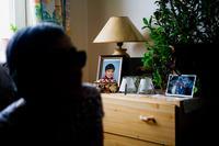 Portræt af et af Atsa Schmidts børnebørn på en kommode i hendes stue i Nuuk.