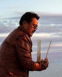 Anda Poulsen spiller på en traditionel, inuitisk tromme og synger gamle sange om havet i Nuuk.