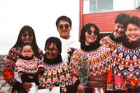 Anda Poulsen, i hvid anorak, stiller sig op til et billede med de andre studerende efter deres afsluttende eksamen i 1989 fra Grønlands skole for socialarbejdere i Nuuk.