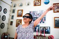 Atsa Schmidt fortæller om sine gamle familiebilleder, som hænger på væggene og står på hylderne i hendes hus.