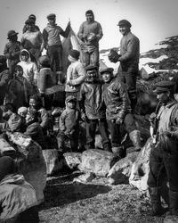 Indbyggerne i Kangeq samlet til et foto i 1920'erne.