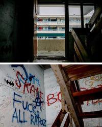 Graffiti dækker trappeopgangene i en boligblok i det centrale Nuuk.