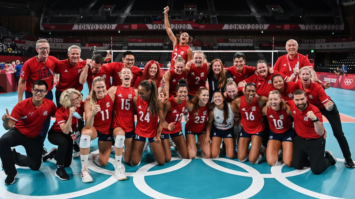 USA's players celebrate their victory in the women's gold medal volleyball match between Brazil and USA during the Tokyo 2020 Olympic Games at Ariake Arena.