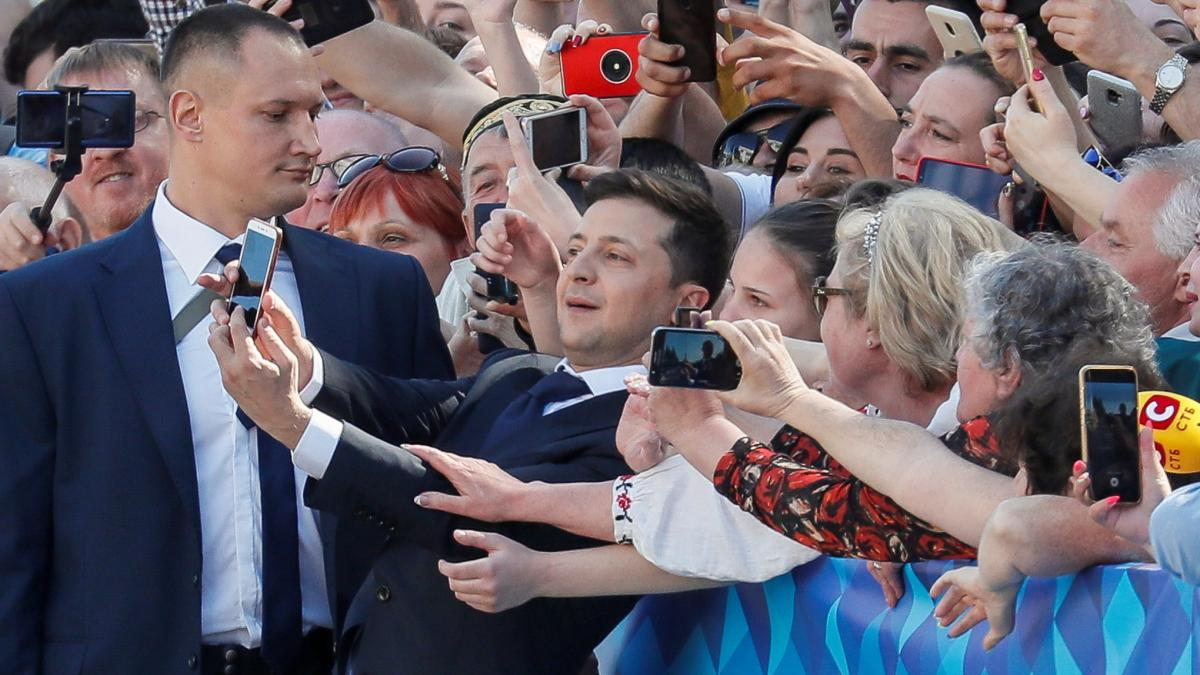 Ukraine's new president, Volodymyr Zelenskiy, paused on the way to his inauguration to take a selfie with supporters in Kiev.
