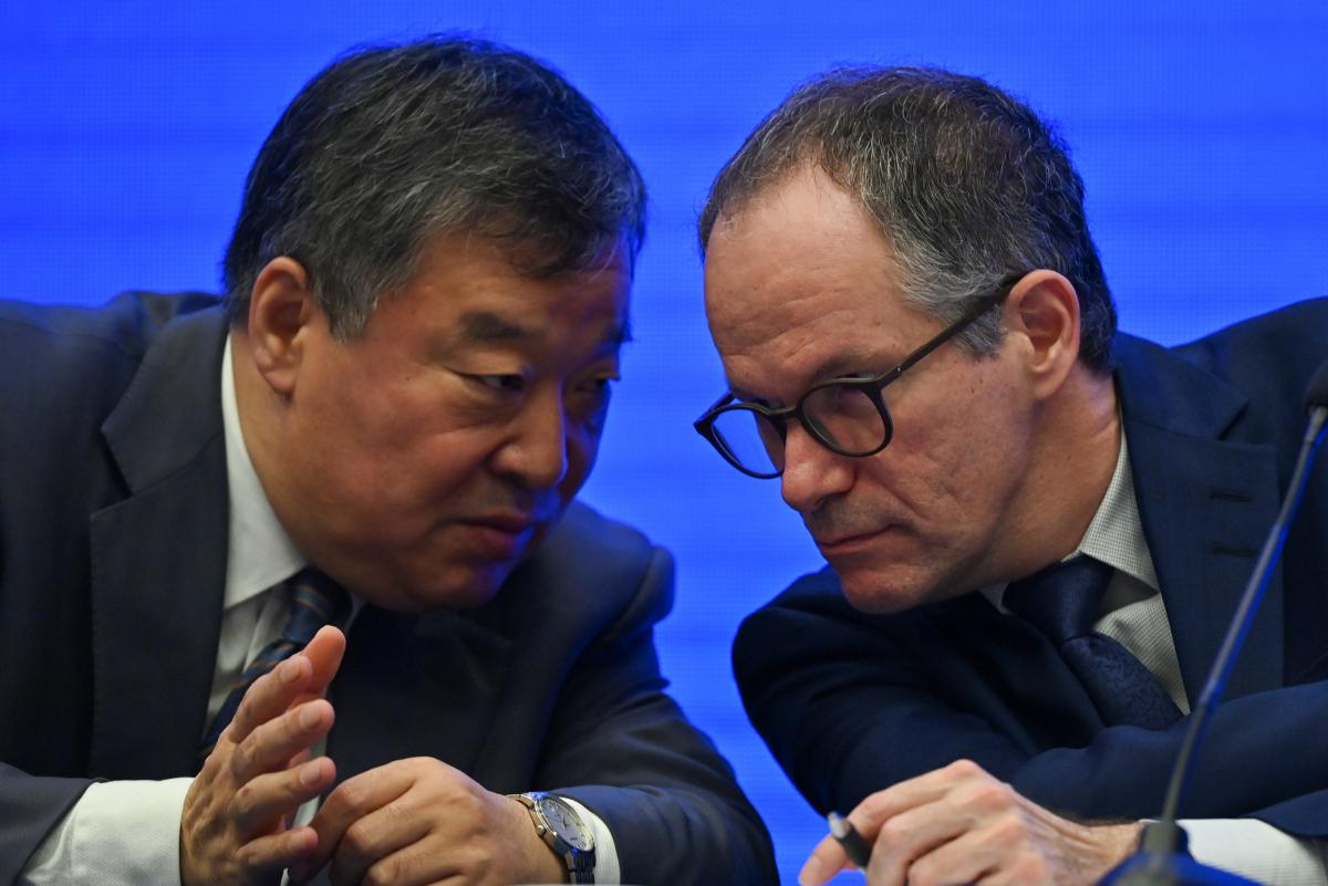 WHO food safety and animal disease expert Peter Ben Embarek (right) talks with Chinese scientific delegation head Liang Wannian during a news conference following investigations in Wuhan on Tuesday.