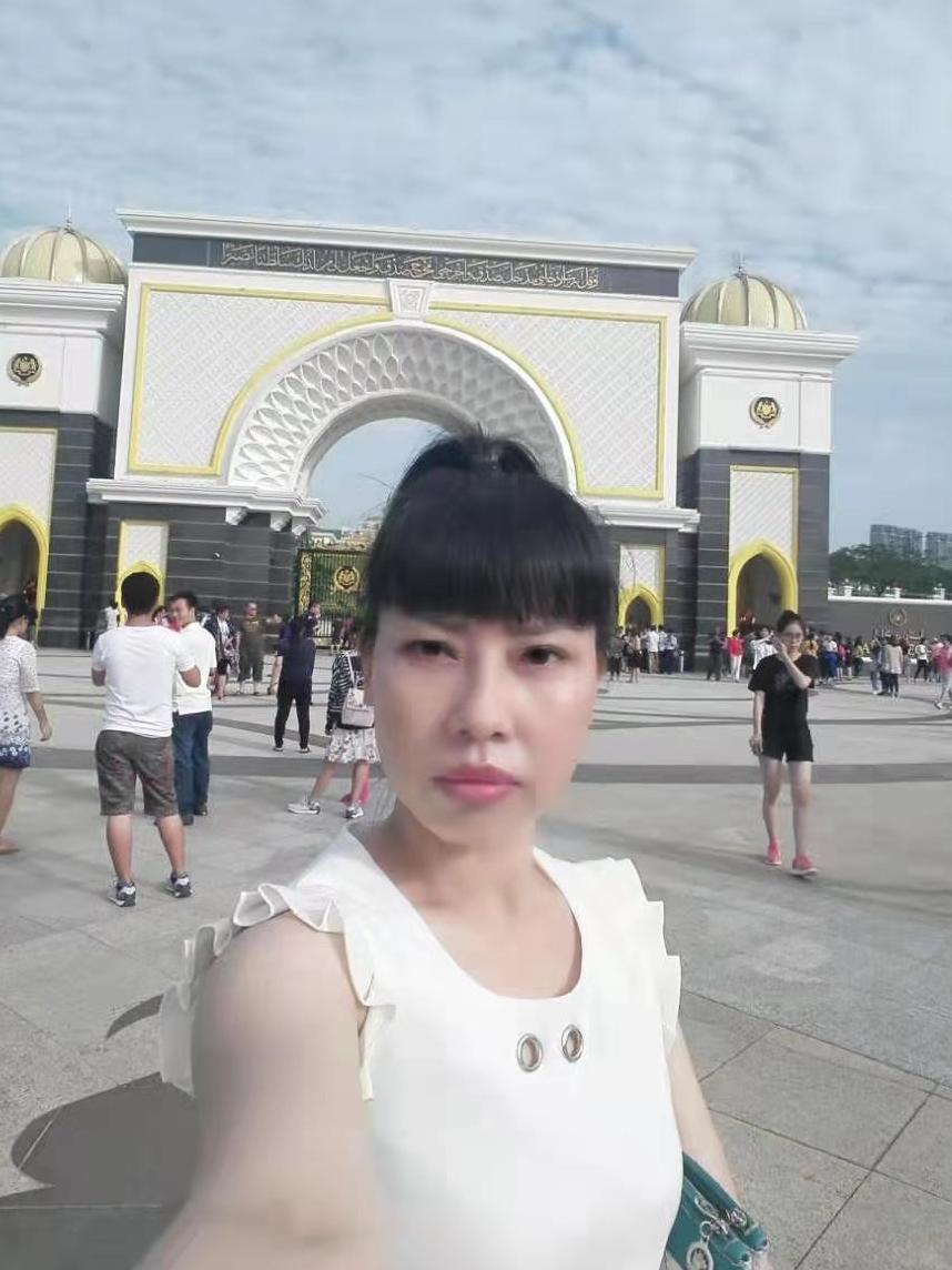 A selfie Feng Daoyou took in Macau. Her older brother Feng Daokun believes she traveled to Hong Kong before flying to the U.S., from where she first contacted him in 2016. Unlike the rest of her family, she did not marry, and seemed to relish venturing fa