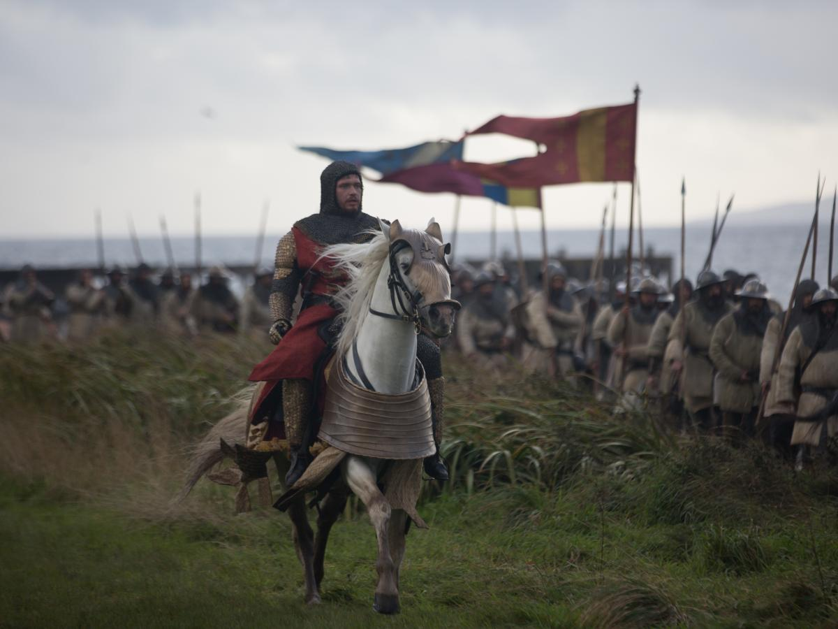 Robert the Bruce (Chris Pine) surveys his phalanx in Outlaw King.