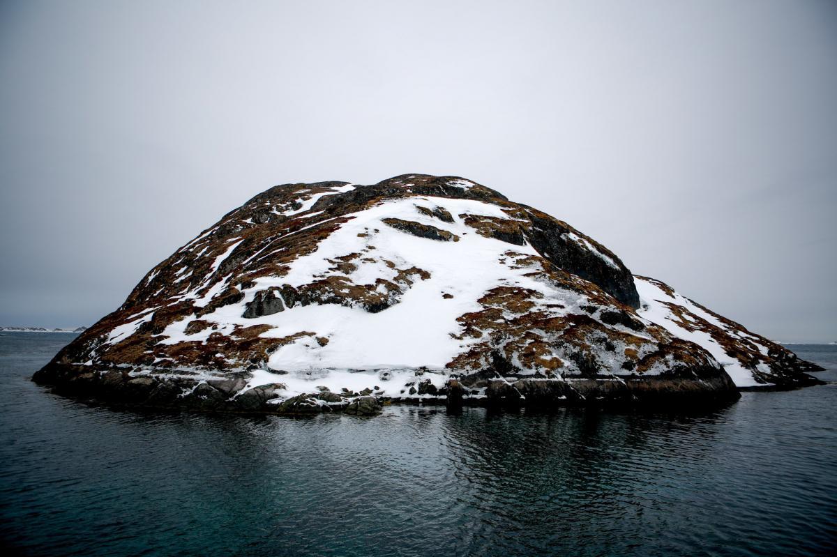Der ligger en lille ø midt i den gamle havn i Kangeq.