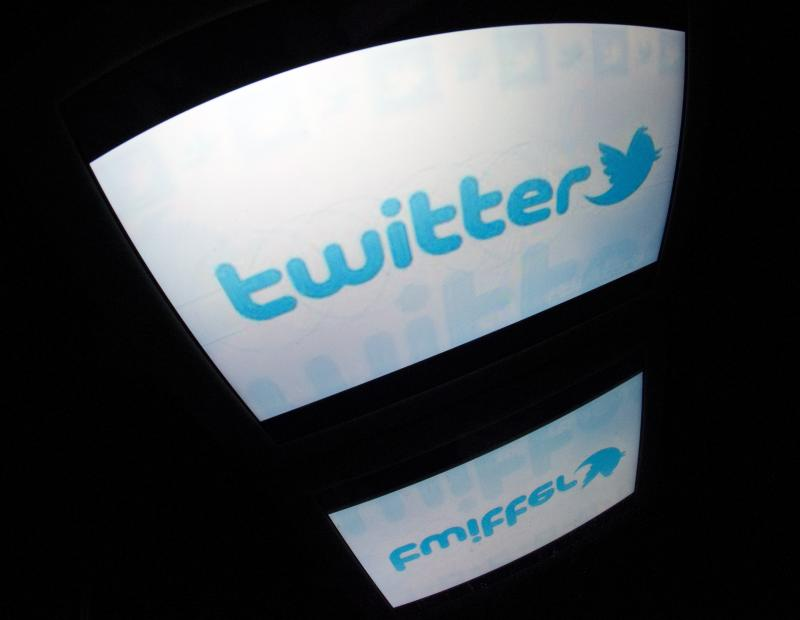 A wave of racist tweets prompted a Jewish student organization to file a lawsuit asking the American company Twitter to reveal the identities of users sending anti-Semitic tweets. Twitter says data on users is collected and stocked in California, where Fr