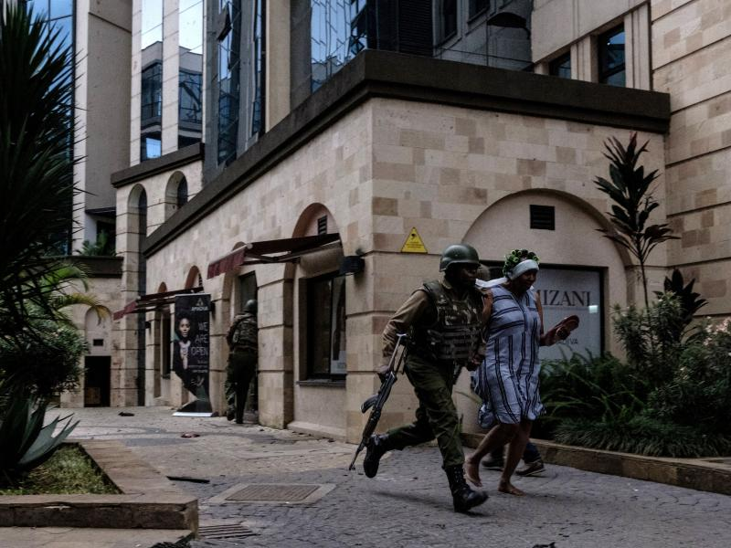 Kenyan security forces evacuate people after an explosion at DusitD2 hotel  in Nairobi, Kenya, a5e0227ce52c