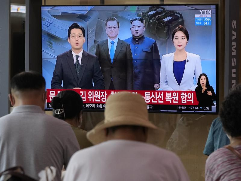 A news program at the Seoul Railway Station broadcasts a report on the resumption of communication between North and South Korea on Tuesday.