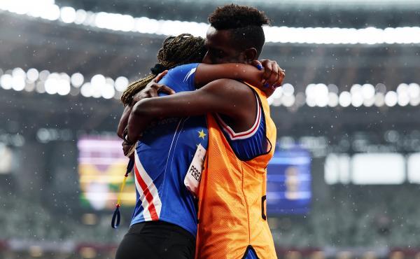Keula Nidreia Pereira Semedo of Cape Verde and guide Manuel Antonio Vaz da Veiga embrace on the track of Olympic Stadium in Tokyo on Thursday after he proposed.