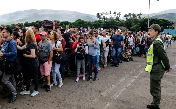 People line up to cross the Simón Bolívar International Bridge from San Antonio del Tachira in Venezuela to La Parada, Colombia, to buy goods.