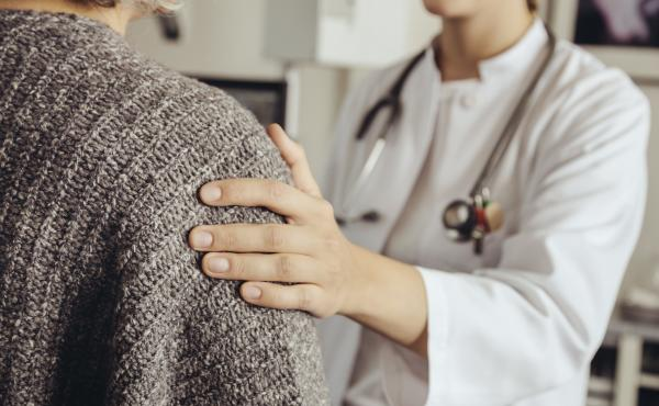 A screening test for signs of Alzheimer's disease takes only a few minutes, but many doctors don't perform one during older people's annual wellness visits.