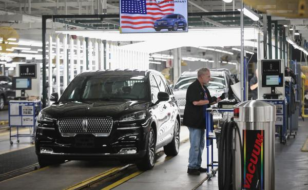 A Ford Lincoln Aviator rolls off the assembly line at a Chicago Assembly Plant. California agreed to a deal with four automakers, including Ford, to produce fuel-efficient cars.