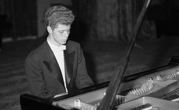 Van Cliburn moves through difficult passage in the final round of Tchaikovsky International Piano & Violin competition on April 11, 1958 in Moscow.