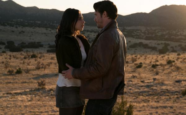 Jeanine Mason as Liz and Nathan Parsons as Max in the CW's Roswell, New Mexico.